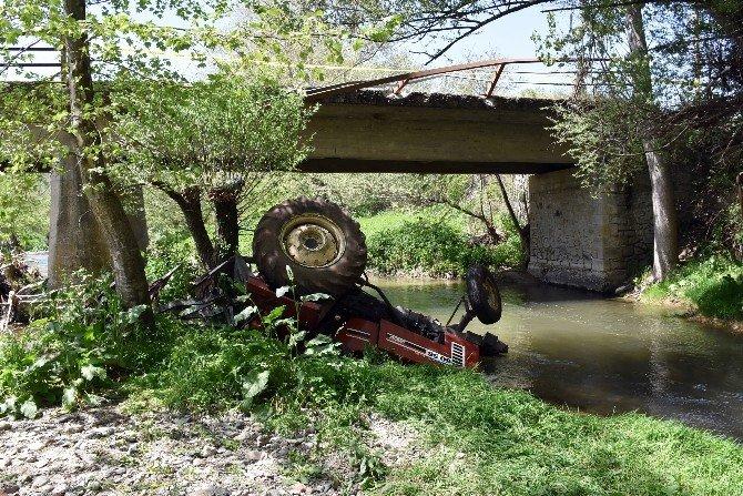 Traktörle Dereye Uçan Sürücü Boğularak Can Verdi