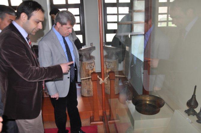 Vali Çınar'dan tarihi gezi
