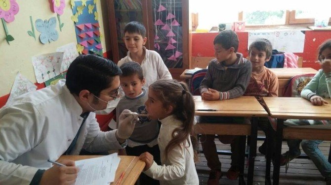 İlkokul Öğrencilerine Ağız Ve Diş Sağlığı Taraması