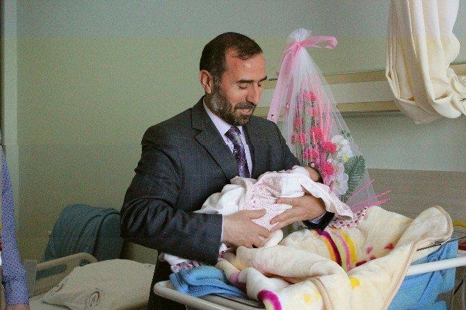 Kutlu Doğum Haftasında Dünyaya Gelen Bebeklere Çeyrek Altın