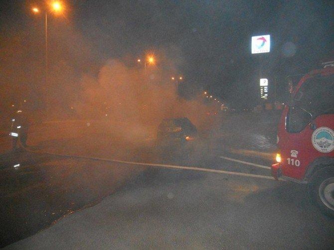 Alev Alev Yanan Otomobili İtfaiye Ekipleri Söndürdü