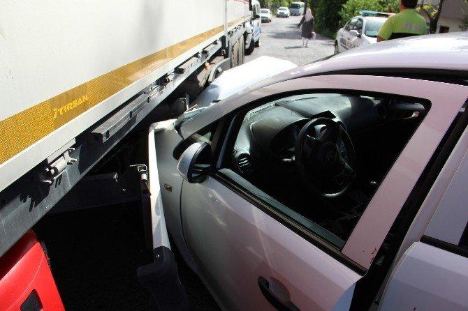 Virajı Alamayan Otomobil Tır'ın Altına Girdi
