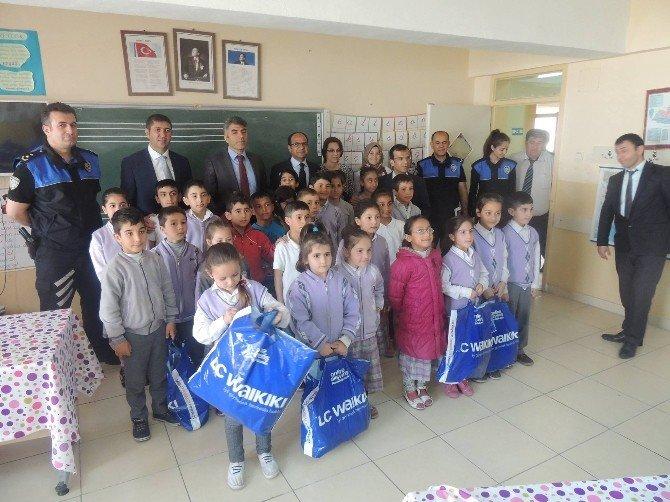 Polisten 1453 Türk Ve Suriyeli Öğrenciye Yardım