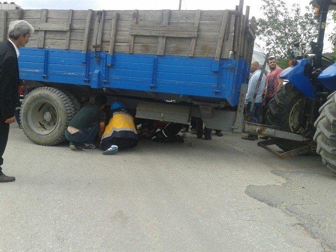 Traktörden Düşen Sürücü Römork Altında Kaldı