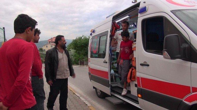 Ayağı Korkuluklara Sıkışan Çocuğu İtfaiye Kurtardı