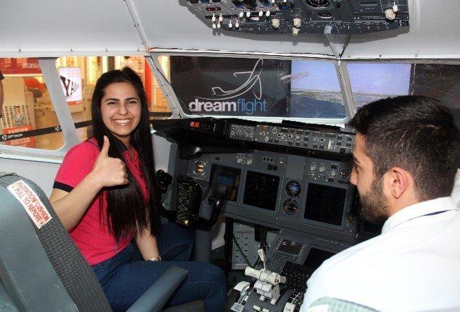 Öğrenciler Simülatörü İle Pilotluk Deneyimi Yaşadı