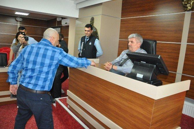Birahaneciler Anahtarlarını Belediye Başkanına Bıraktı