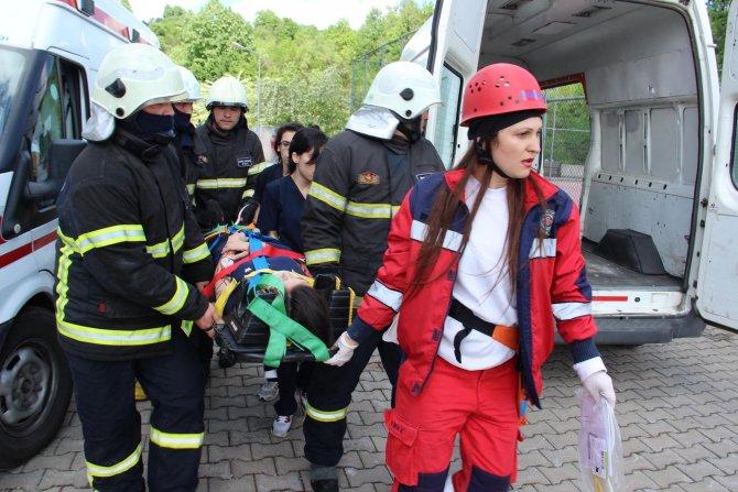 Öğrenciler, tatbikatta yaralanan arkadaşlarına ilk müdahaleyi yaptı