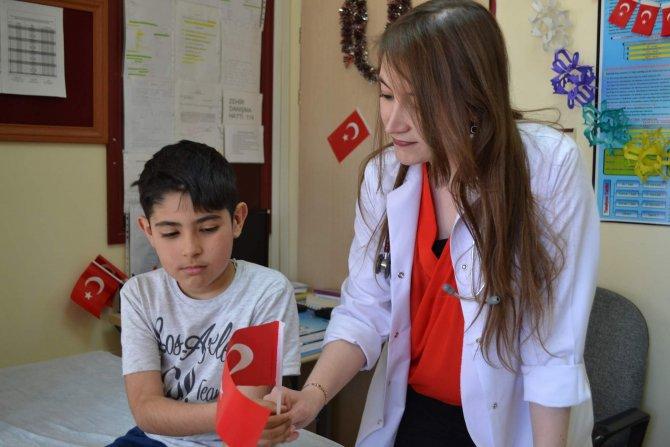 Hastaneye gelen çocuklara Türk bayrağı hediye edildi