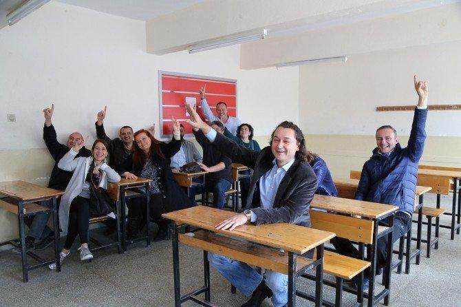 24 Yıl Sonra Lise Sıralarında Bir Araya Geldiler