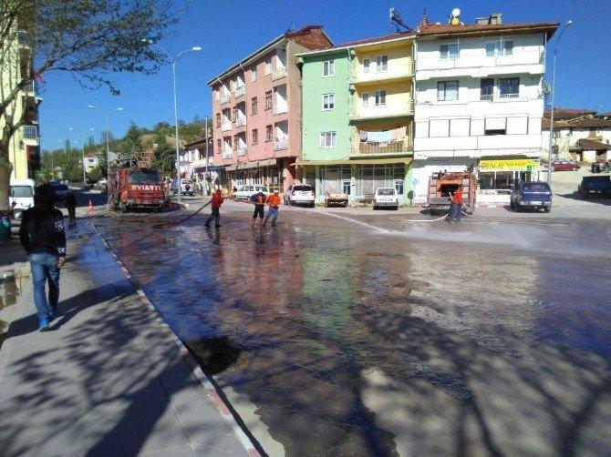 Caddeler Tazyikli Su İle Yıkanıyor