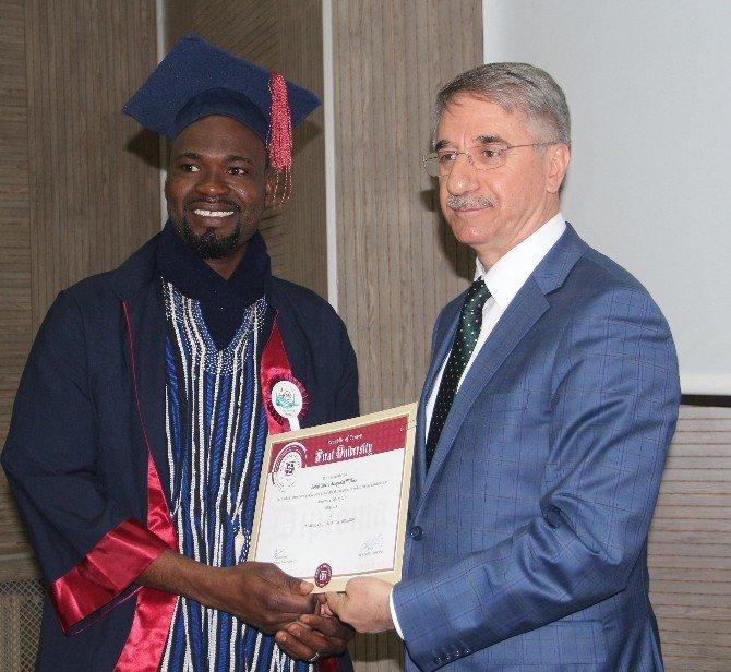 Ganalı Öğrencilerin Mezuniyet Sevinci