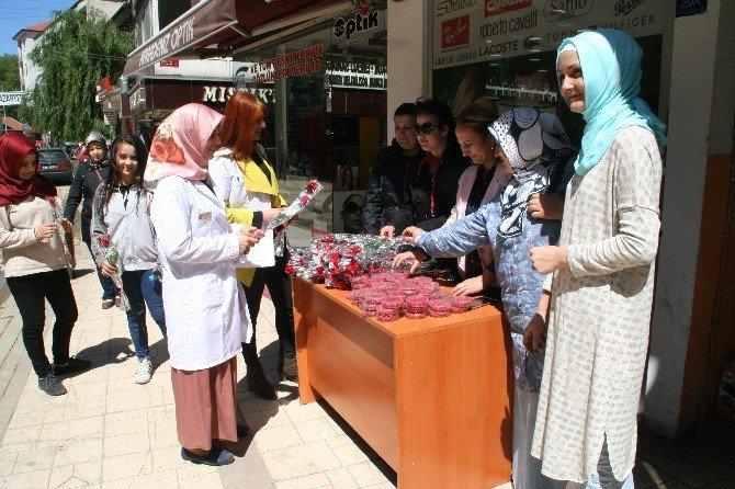 Devrek AK Parti Kadın Kolları Vatandaşlara Karanfil Ve Tespih Hediye Ettiler