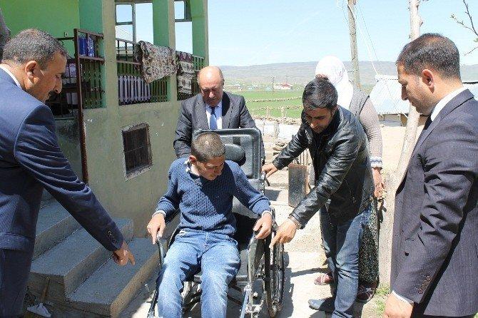 Engelli Çocuğa Tekerlekli Sandalye