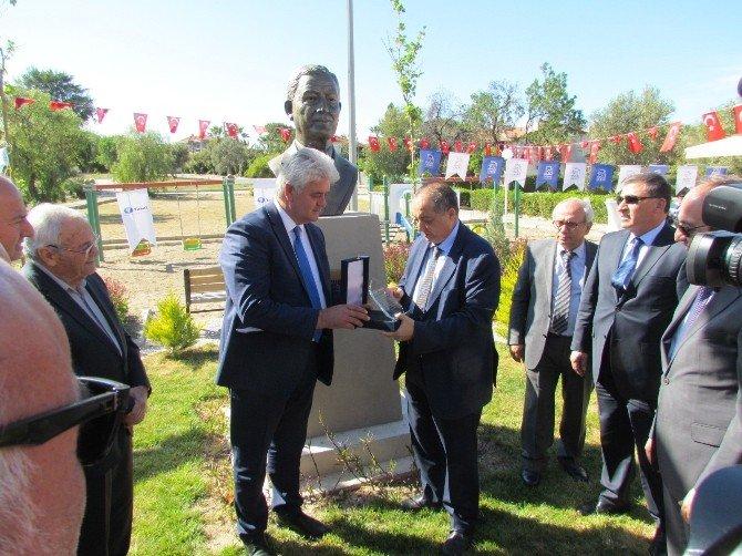 Çeşme'de Durmuş Yaşar'a Özel Büst