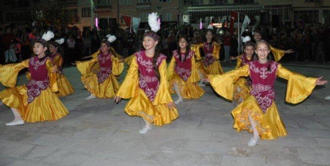 Kırgız Öğrencilerin Gösterileri Simav'da Göz Doldurdu