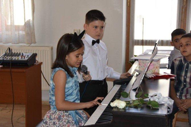 Salihli'de Küçük Piyanistlerden Piyano Ziyafeti