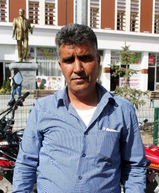Motosiklet Tamircisi Ücretsiz Kask Dağıttı