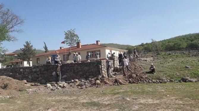 Mahalleli El Ele Verdi, Okulun Duvarlarını Örmeye Başladı