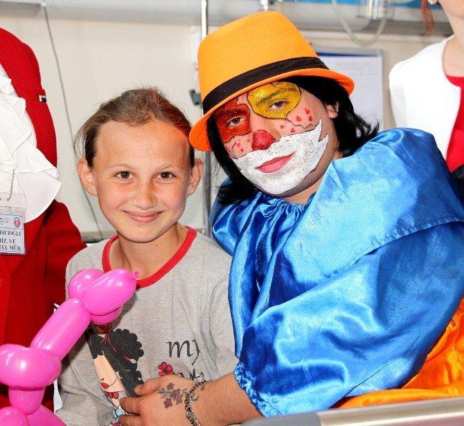Hastanedeki Çocuklara '23 Nisan' Sürprizi