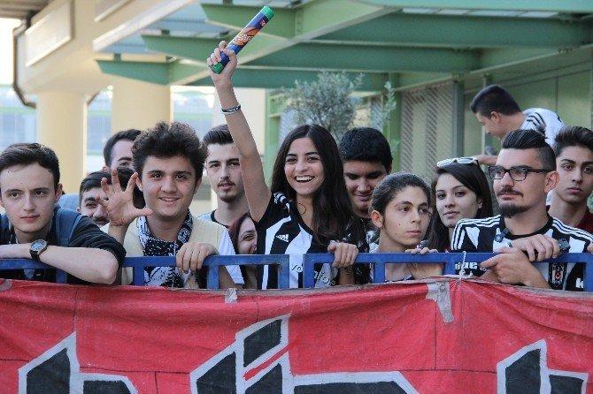 Lider Beşiktaş'a İzmir'de Coşkulu Karşılama