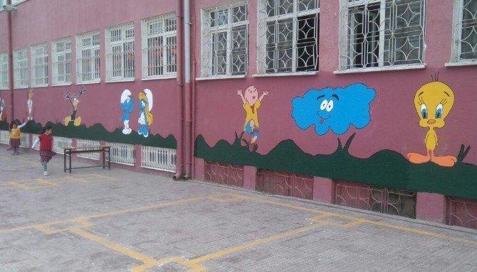Öğrenciler İle Eğitim Gönüllüleri, Okul Duvarına Çizgi Film Karakterlerini Çizdi