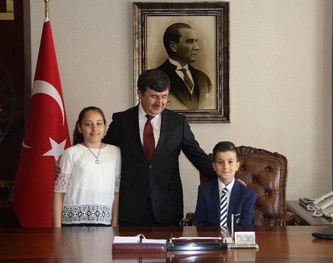 Trabzon'da Çocuk Vali Ve Belediye Başkanları Makamlarına Oturdu