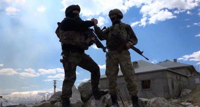 Yüksekova'da Asker Polis El Ele