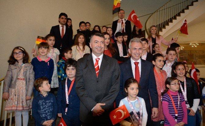 Alman Belediye Başkanı Koltuğunu Türk Öğrenciye Verdi