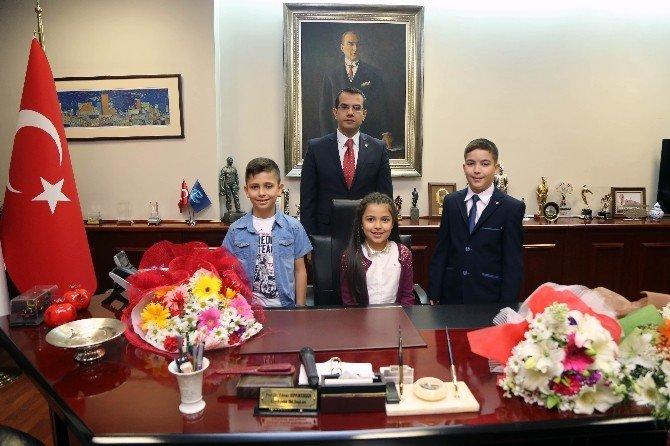 Başkanlık Makamına Oturan Öğrenciler Taleplerini İlettiler