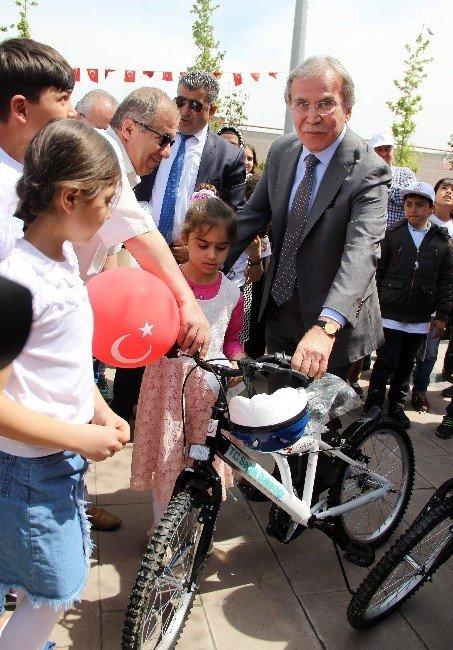 Şahin, Karabük'te Öğrencilere Bisiklet Dağıttı