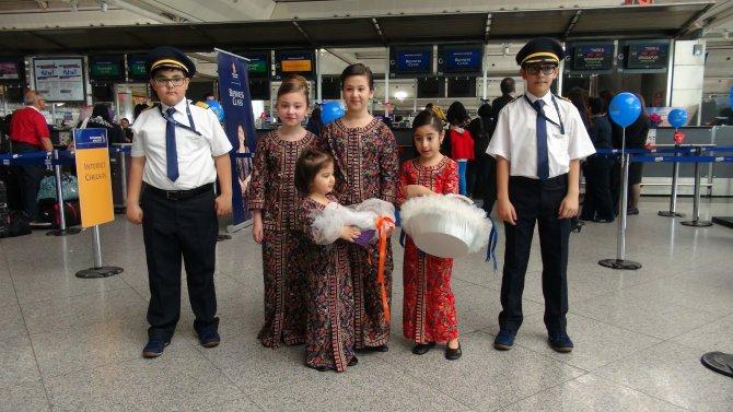 Minik pilot ve hostesler havalimanını renklendirdi