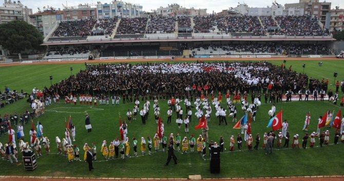 Dünyanın en büyük çocuk korosu Aydın'da Çanakkale Ağıdı'nı söyledi