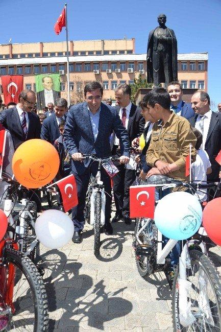 Kalkınma Bakanı Cevdet Yılmaz Bisiklete Binip, Sağlıklı Yaşama Dikkat Çekti