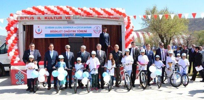 Tatvan'da Başarılı Öğrenciler Bisikletle Ödüllendirildi