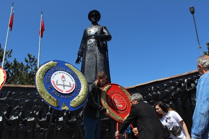 Erzurum CHP İl Başkanlığından Atatürk Anıtına Çelenk