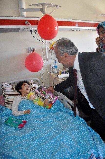 Prof. Dr. Çomaklı Tedavi Gören Çocukları Ziyaret Etti