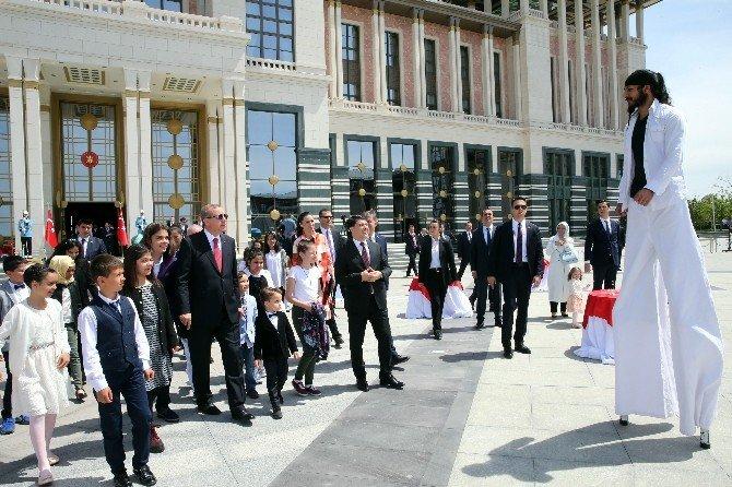 Cumhurbaşkanı Erdoğan, Küçük Konuklarına Külliye'yi Gezdirerek Birlikte Yemek Yedi