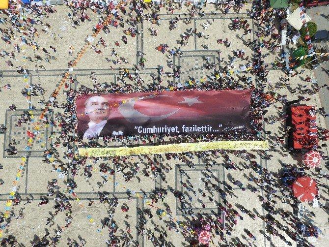 Fethiye'deki Şenlikte Dev Bayrak Açıldı