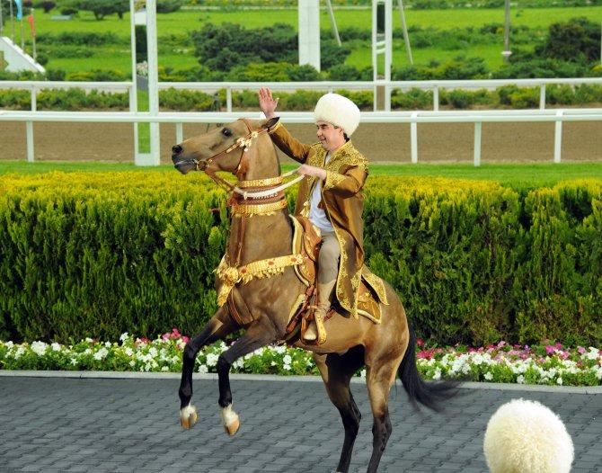 Türkmenistan'da atların güzellik yarışması düzenlendi