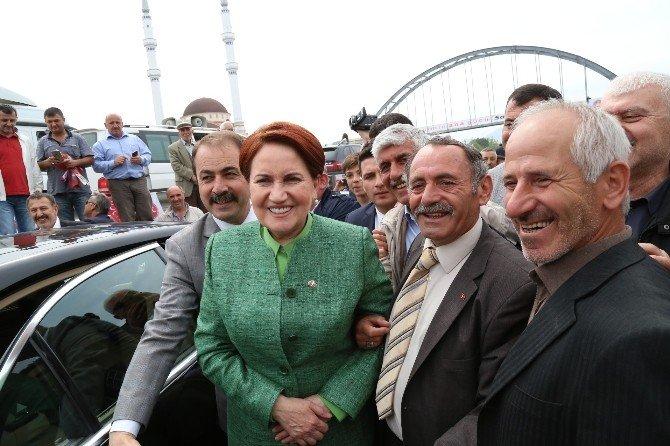 MHP Genel Başkan Adayı Meral Akşener Partilileri Selamladı