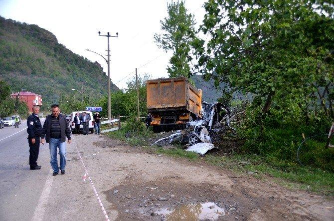 Giresun'da Kamyon İle Otomobil Çarpıştı: 2 Ölü