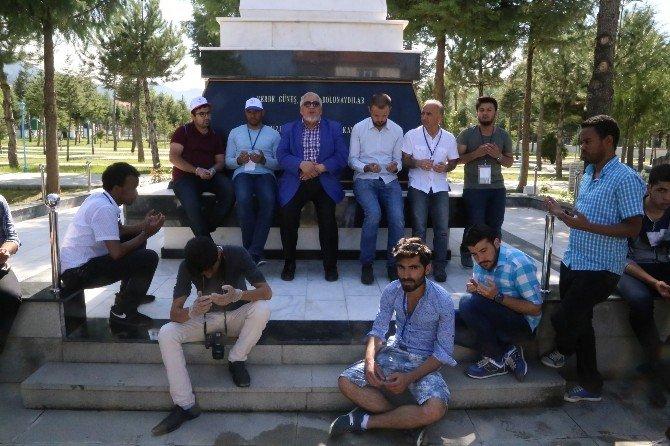 Yabancı Uyruklu Öğrenciler Şehitliği Ziyaret Etti