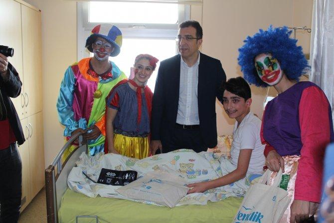 Hastanedeki çocukların 23 Nisan sevinci