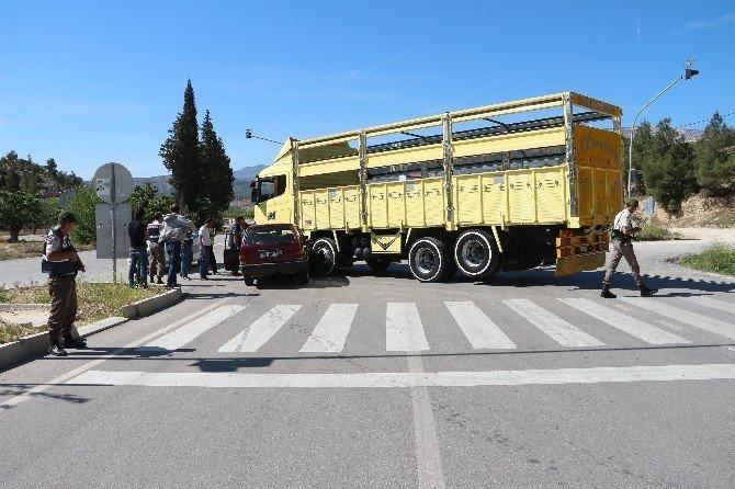 Otomobil Kamyonun Altına Girdi: 2 Yaralı
