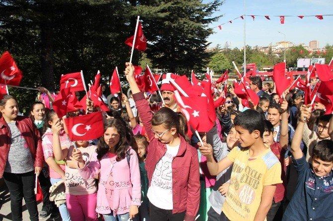 Çocuklar Bayram Sevincini Bayrak İle Yaşadı