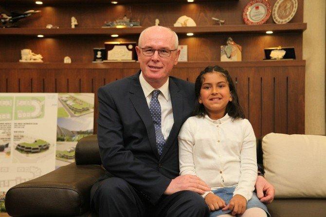 Başkan Kurt'un Makamı İşitme Engelli Öğrenci Berra'ya Emanet