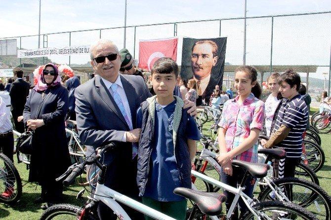 Polis Çocuklarına Bisiklet Hediyesi