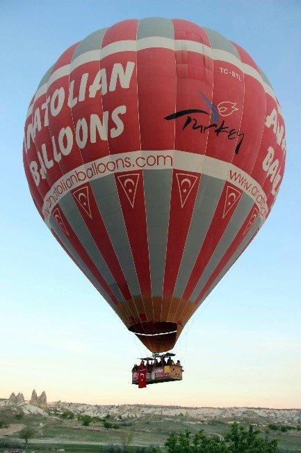 Kapadokya'da Balonlar 23 Nisan İçin Türk Bayraklarıyla Havalandı