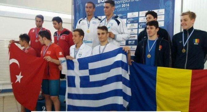 Genç yüzücüler Yunanistan'da madalyaları topladı
